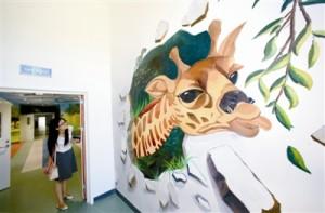 """天津泰达保育院异地扩建 80后墙绘师巧手画""""美梦"""""""