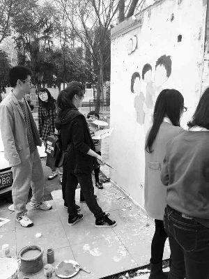 """南林大学生手绘添彩脏乱水泥墙变身""""感恩墙"""""""
