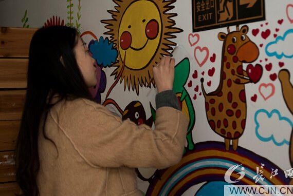 武汉高校将墙绘课堂搬进爱心机构