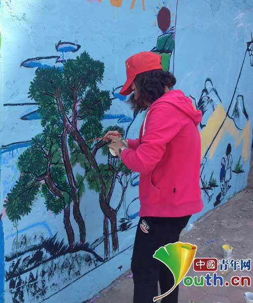 营口市志协组织志愿者为特教学校做墙体彩绘