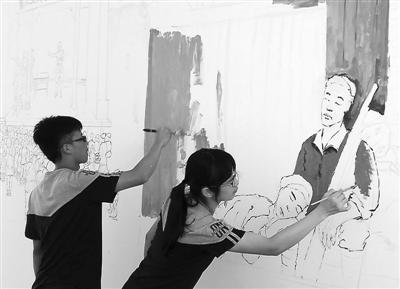 师生们在创作墙绘 弘扬革命先辈英勇事迹