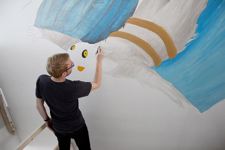 用一幅幅手绘墙面装饰幼儿园