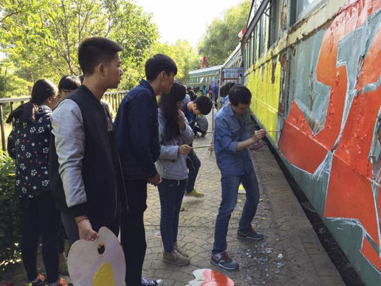 """郑州美术学校绿皮车宿舍再""""升级"""":师生涂鸦改造车厢(组图)"""