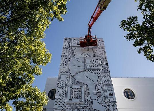 上海现最大涂鸦 外国画家在18米高墙绘儿童梦境