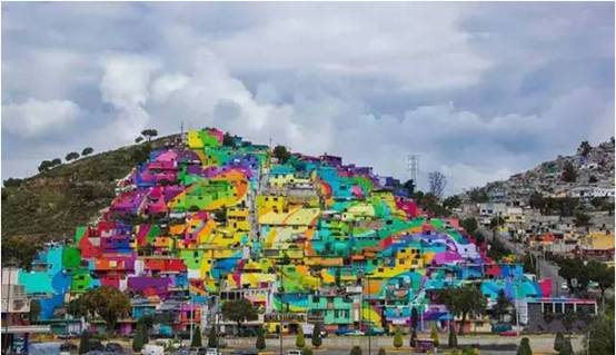 艺术家给209间房屋穿上花衣服,结果治愈了一座1808人的小村庄