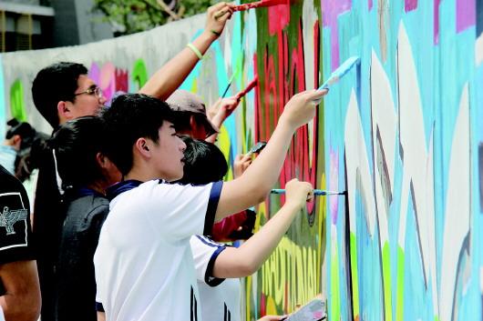 """手绘涂鸦墙 为新校""""美容"""""""